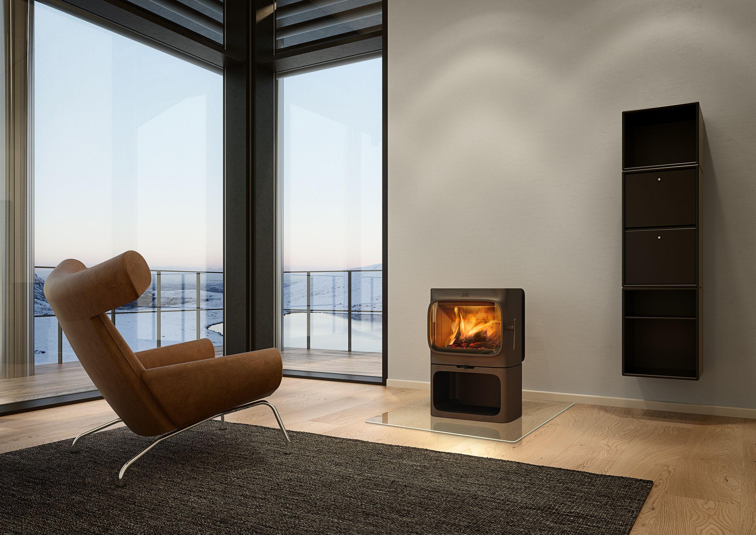 Der Jotul F 305 B hat einen soliden Sockel in dem unter der großen Brennkammer das Holz gelagert werden kann. Freier Blick auf das Feuer durch große verglaste Tür, hinter der auch der Aschenkasten platziert ist.