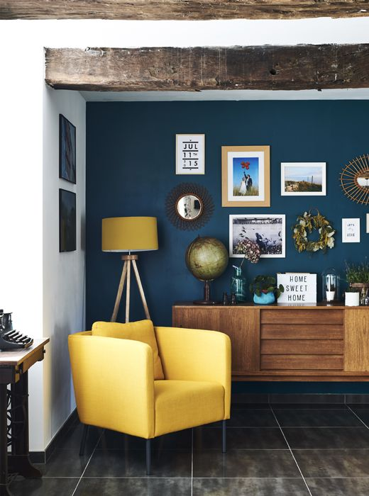 fauteuil jaune sur fond de mur bleu fonc l i v i n g r o o m en 2018 pinterest murs bleu. Black Bedroom Furniture Sets. Home Design Ideas