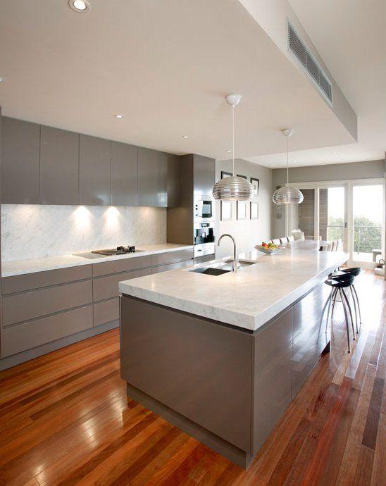 Cocina blanca y gris con suelo en madera, iluminación bajo los ...