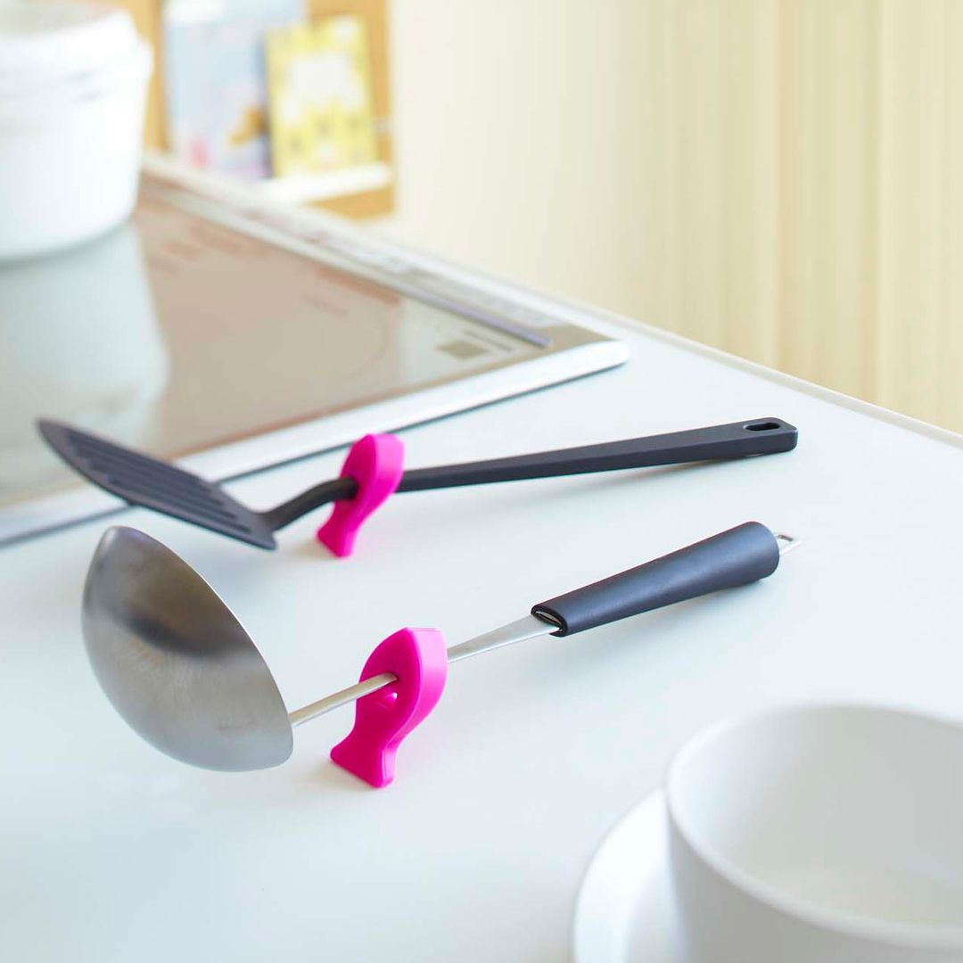 キッチンツールに挟み込むだけで先端を浮かせて衛生的に使用できる