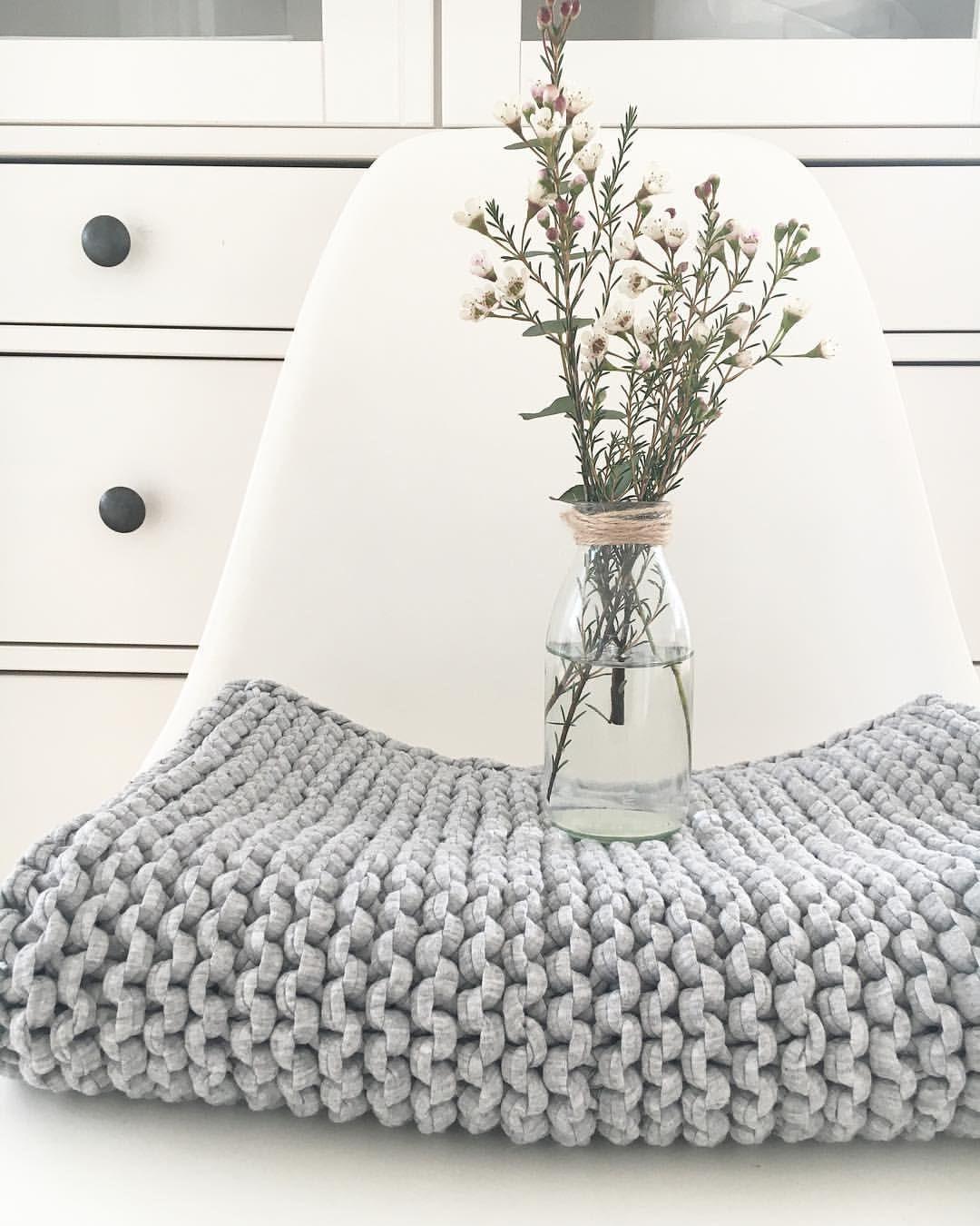 Weiße Möbel, Ein Teppich Aus Hellgrauem Recyclingmaterial