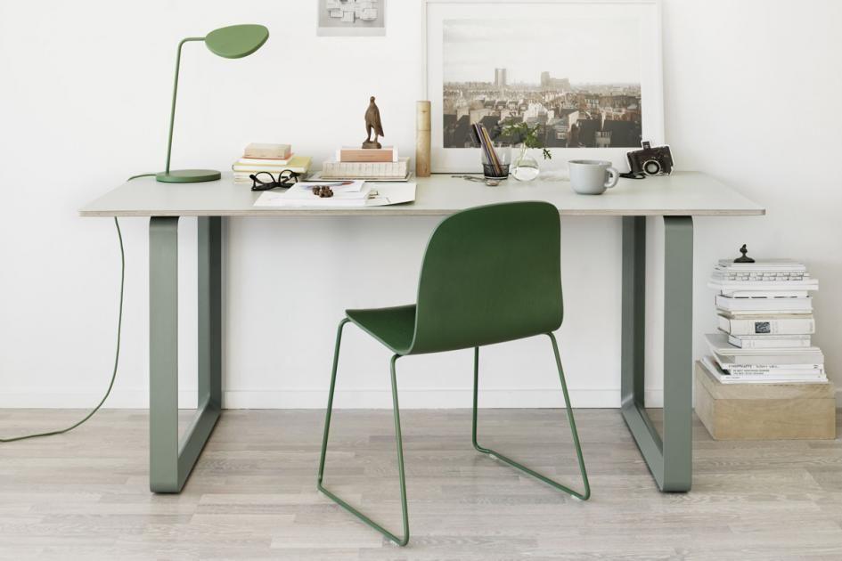 Moderne kantoor bureau tafel met computer lege laptop pagina en
