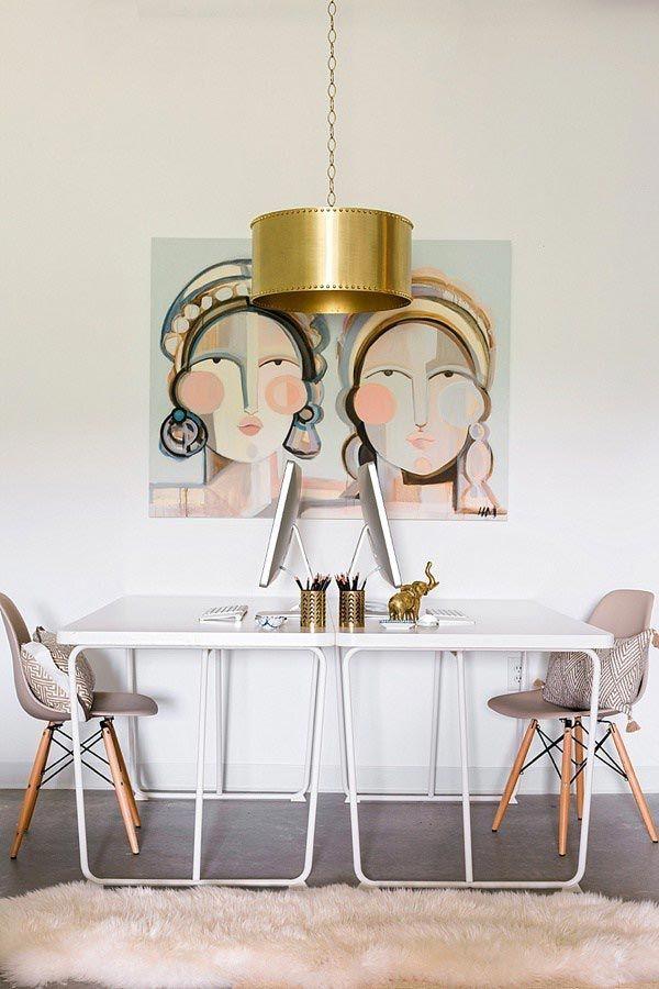 Una oficina femenina con rosa suave y dorado · A feminine office with pops of pink and gold