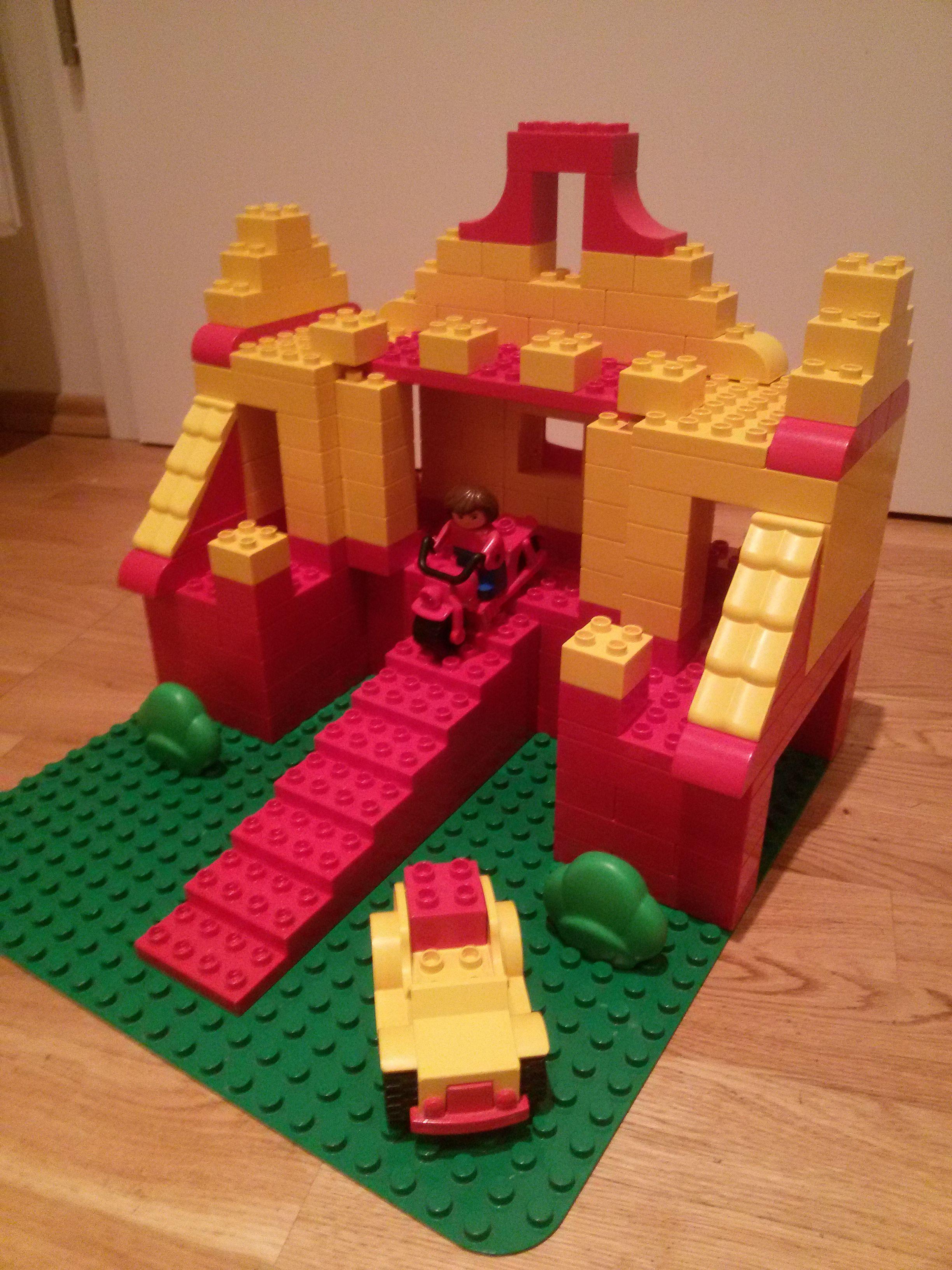hier siehst du ein autohaus bzw parkhaus aus lego duplo. Black Bedroom Furniture Sets. Home Design Ideas