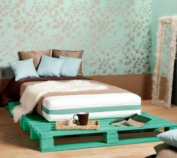 bett aus paletten bauen grn diy ideen im schlafzimmer wandtapete blumenmuster - Bett Backboard Ideen