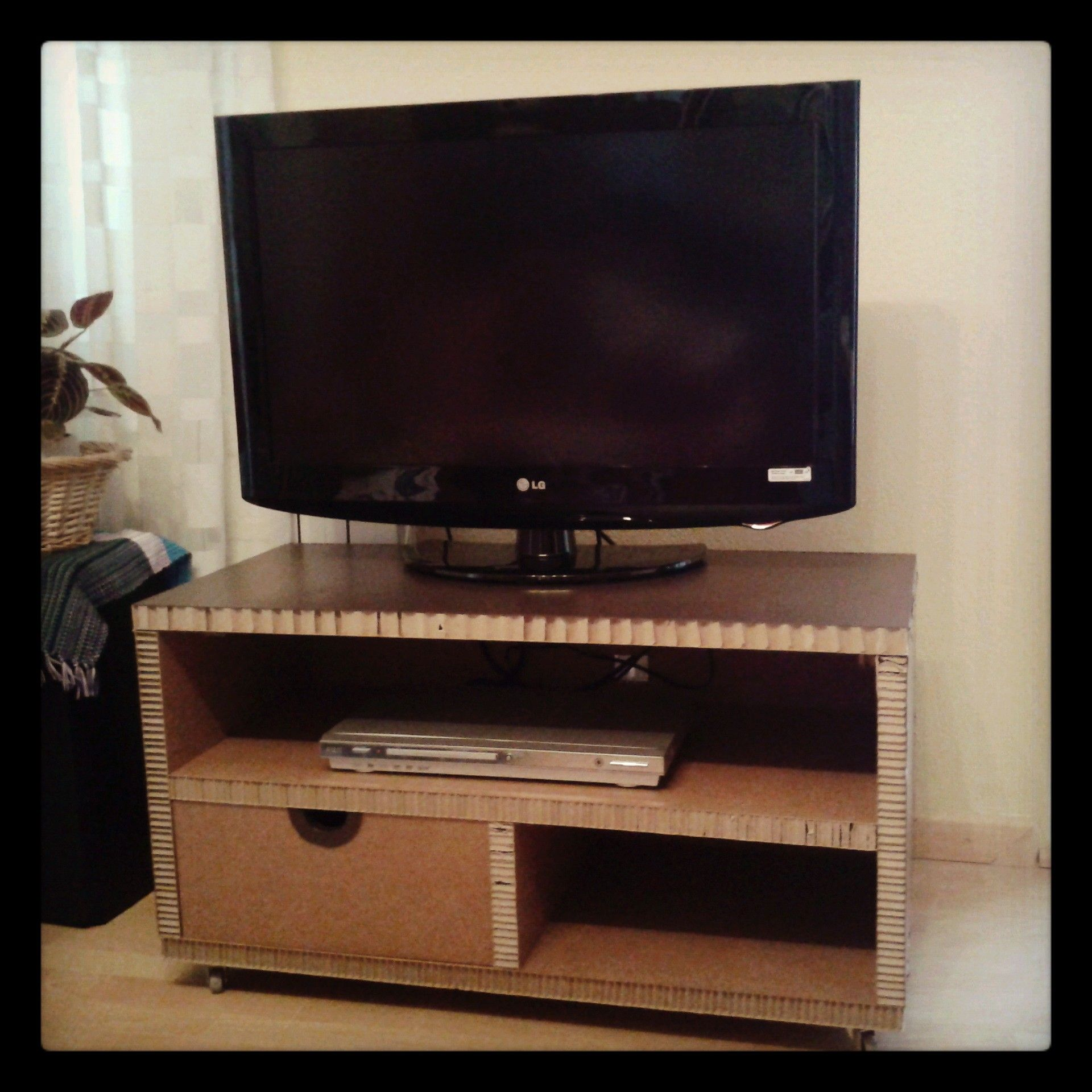 Mesa de cart n para tv con caj n y ruedas muebles de for Mesas de tv con ruedas