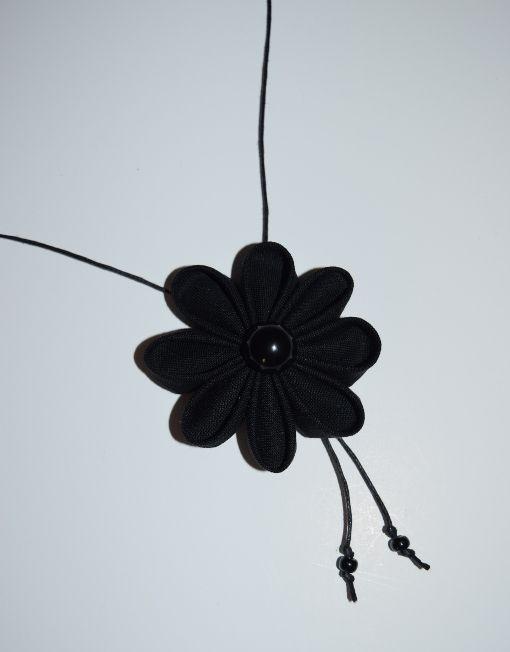 Collier fleur en tissu noir perles - L'atelier du petit oiseau