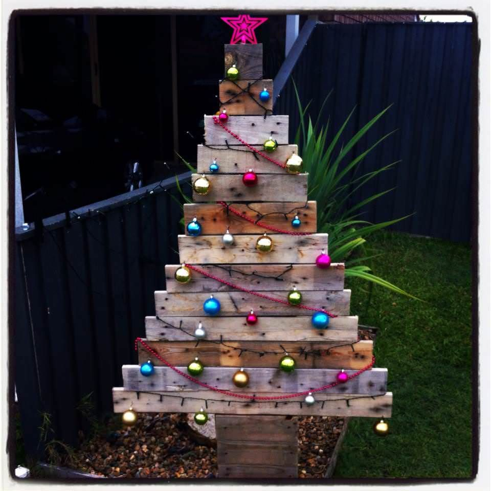 65 Pallet Christmas Trees Holiday Pallet Decorations Ideas 1001 Pallets Pallet Christmas Tree Christmas Decorations Diy Outdoor Outdoor Christmas Decorations