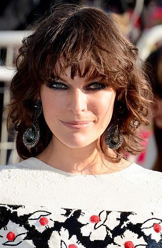 Milla Jovovich Wikipedia The Free Encyclopedia Curly Hair Styles Short Curly Bob Hairstyles Bob Hairstyles With Bangs