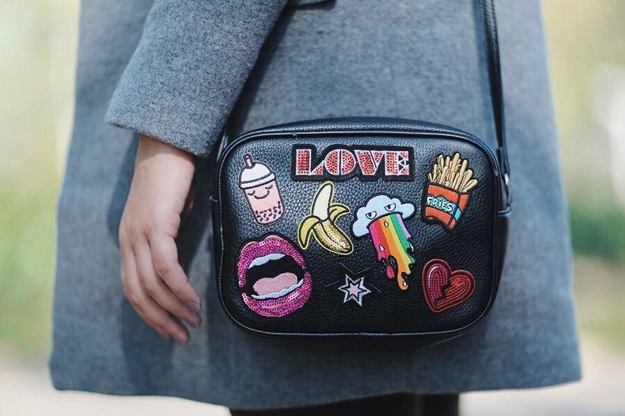 307f984a4 Look do dia de inverno com bolsa com patches | Bags | Acessórios ...