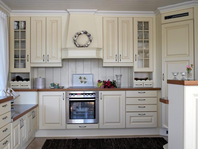 LANDLIG: Kjøkkenet i denne hytta ved Kragerø er spesialbestilt fra Danmark. Det har fått en lavere benk i vindushøyde. Fargene på kjøkkeninnredningen er tilpasset veggfargen lys Toscana.