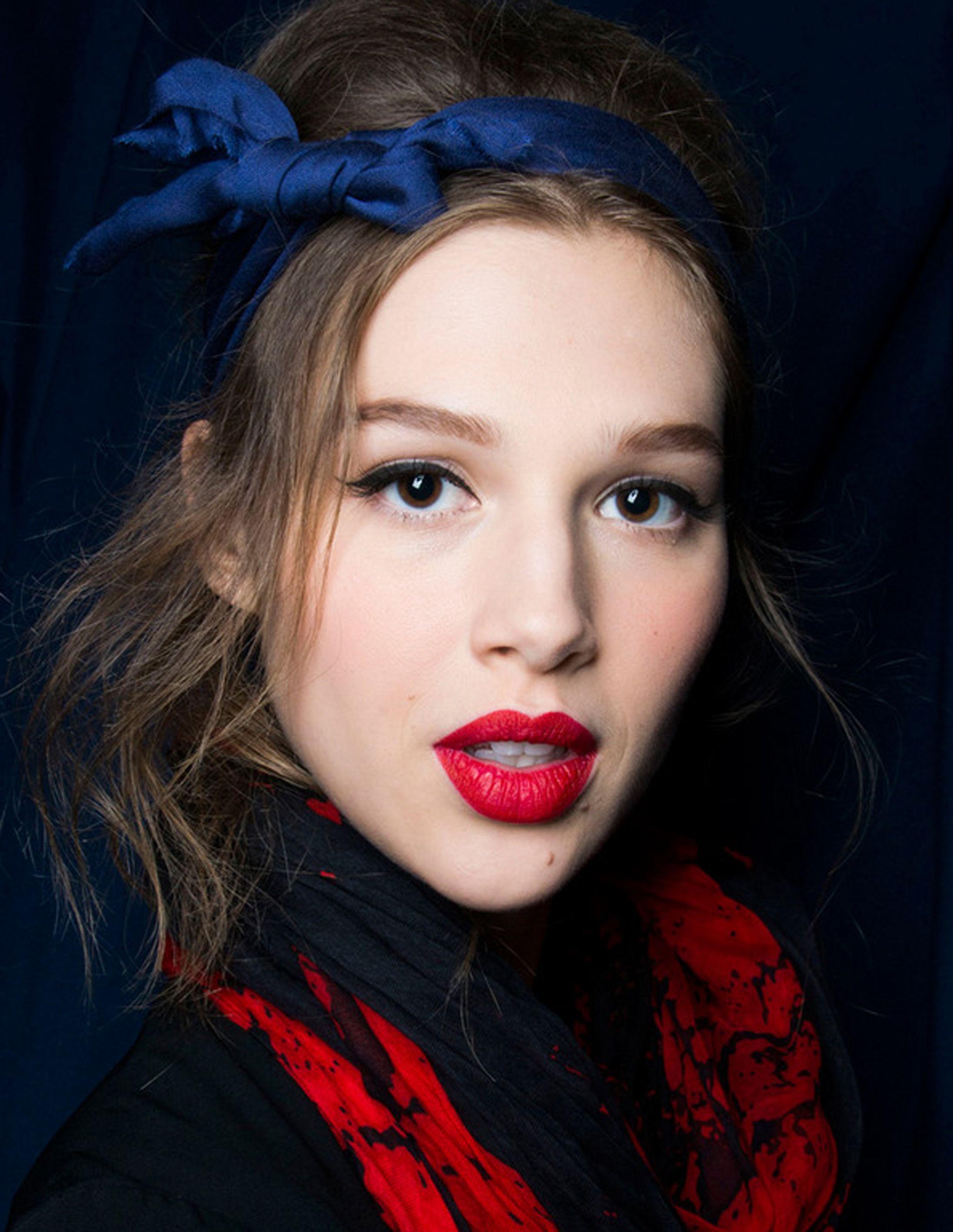 revista ELLE Alexis Mabille Estética 'pin-up' en Alexis Mabille: labios en rojo mate, rabillo negro en los párpados y diadema con lazo en azul oscuro