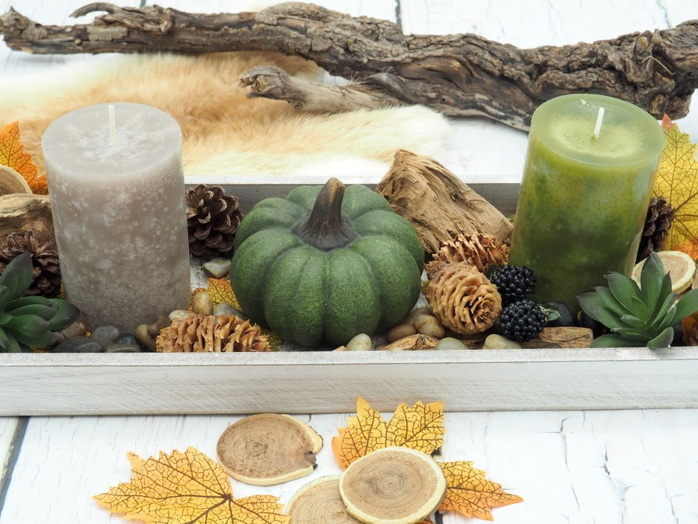 Tablett Herbst Herbstdeko Tischdeko Deko Kerze Kürbis Grün Braun Holz Natur #herbstdekotischtablett
