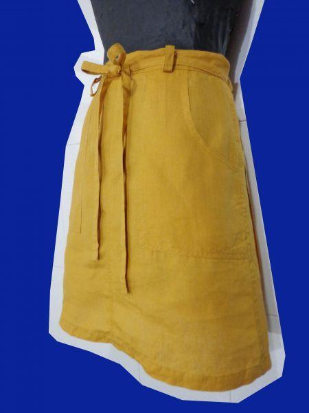Saia transpassada amarela de linho da marca Chocolate. Medidas: cintura: 68 cm comprimento: 45,5 cm http://i1380.photobucket.com/albums/ah162/Julia_Antunes/png/roupas/DSC03582_zpsvhsnyu41.png http://i1380.photobucket.com/albums/ah162/Julia_Antunes...
