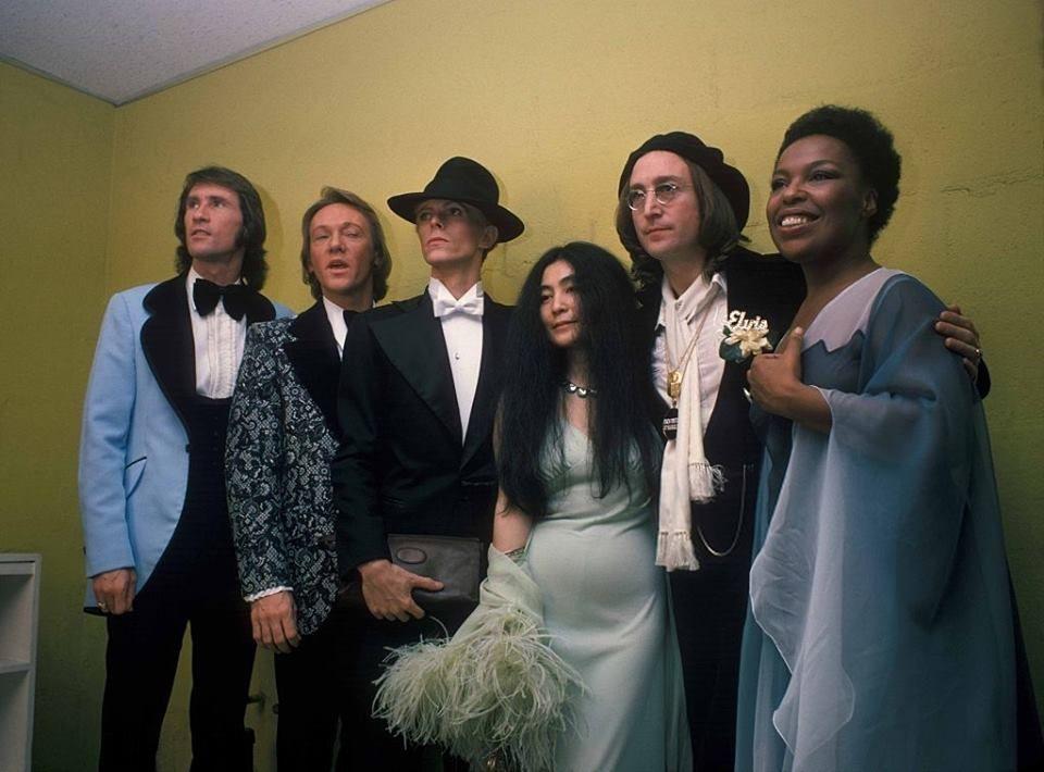 Bowie John Lennon Yoko Ono Roberta Flack Bill Medley And Bobby Hatfield Of The Righteous Brothers Backs David Bowie John Lennon David Bowie Roberta Flack