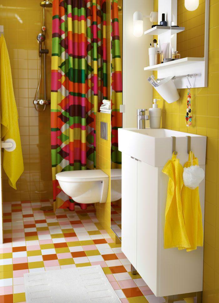 salle de bains color e avec un meuble lavabo blanc et un miroir des serviettes jaunes et un. Black Bedroom Furniture Sets. Home Design Ideas