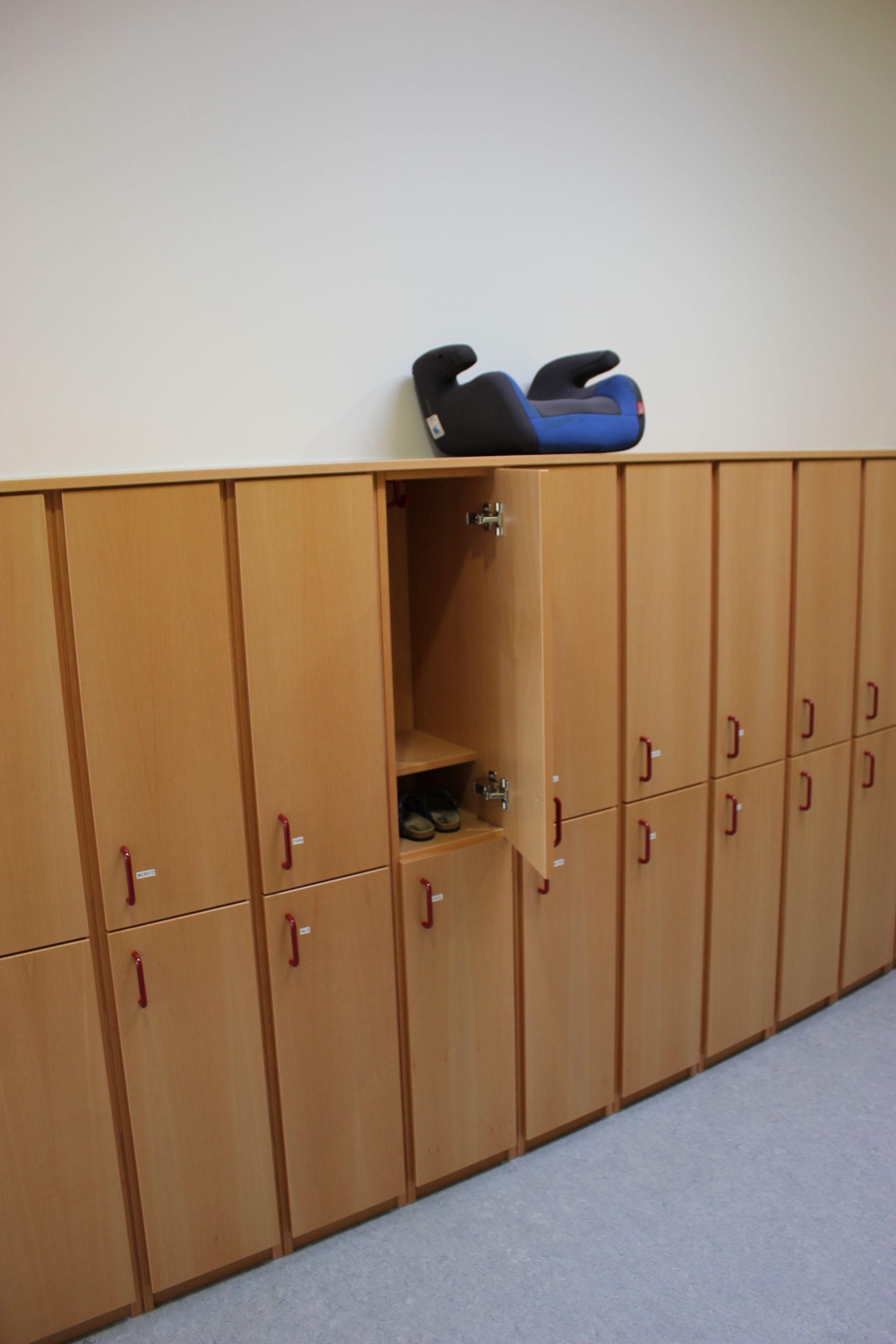 garderobe kindergarten garderobe kindergarten innenausbau kindergarten einrichtungen mit tr. Black Bedroom Furniture Sets. Home Design Ideas