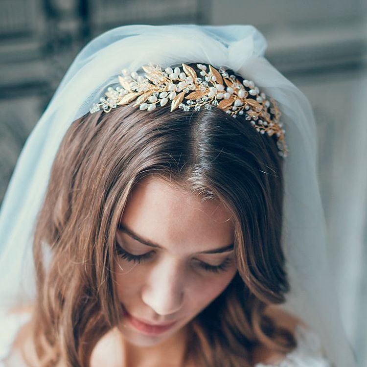 Gold and gorgeous! Our new Aurum hair piece with gold plated leaves that sit nestled amongst leaves of pearls and crystals.  Romantic & feminine, this pin in piece can be worn as shown or at the back of the hair.  Hair piece @afshanshamas Dress @sabinamotasem Photography @terryliphotographylondon Hair & Makeup @catherineb_makeup  #afshanshamas #wedding #sabinamotasem #terryliphotography #catherine_makeup #weddinghair #weddinghairpiece #weddingtiara #stylishbride #weddingheadpiece…