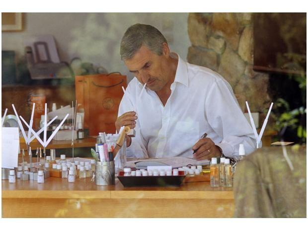 """Jean-Claude Ellena """"Cuando a Jean-Claude Ellena le ofrecieron ser el nariz de Hermès, puso una condición: no tener que supeditarse a las exigencias del mercado. Hubo flechazo entre casa y perfumista. Ambos defienden el valor del tiempo"""". El pais"""