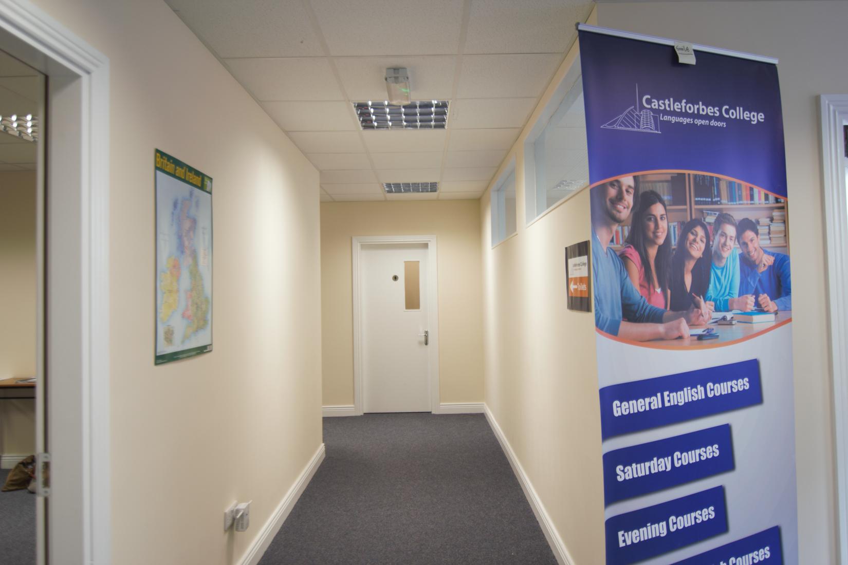 Castleforbes College es una escuela acogedora y moderna orientada a sus alumnos, la cual pretende satisfacer la gran demanda de estudiantes internacionales que buscan calidad educativa. Castleforbes College consigue esto proporcionando cursos de idiomas de gran calidad para todos los niveles a un precio excelente.