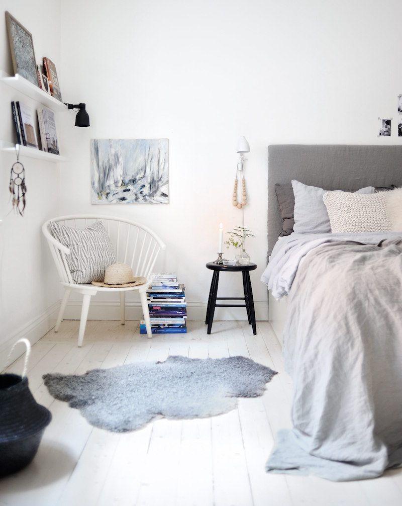 déco chambre cocooning à la scandinave en blanc et gris clair avec