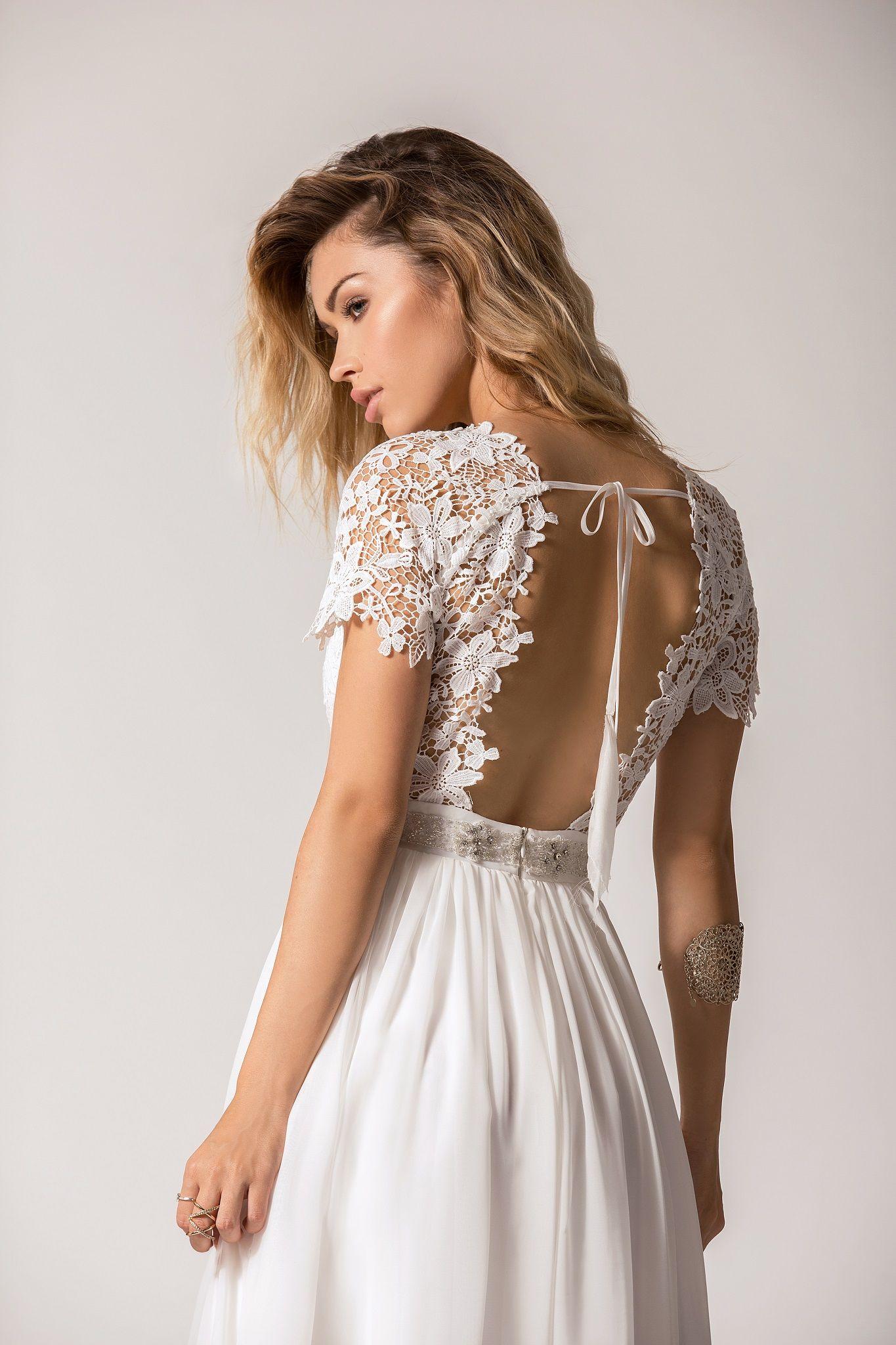 3c8c8839df Suknia ślubna z kopertowym dekoltem wykonany z koronki. Pasek się  delikatnie mieni co dodaje dodatkowego uroku. Sukienka posiada bardzo  ciekawe wycięcie na ...