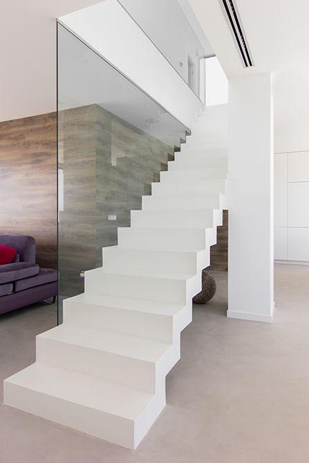 Escalera en el sal n de microcemento blanco viviendas - Escaleras de cemento para interiores ...