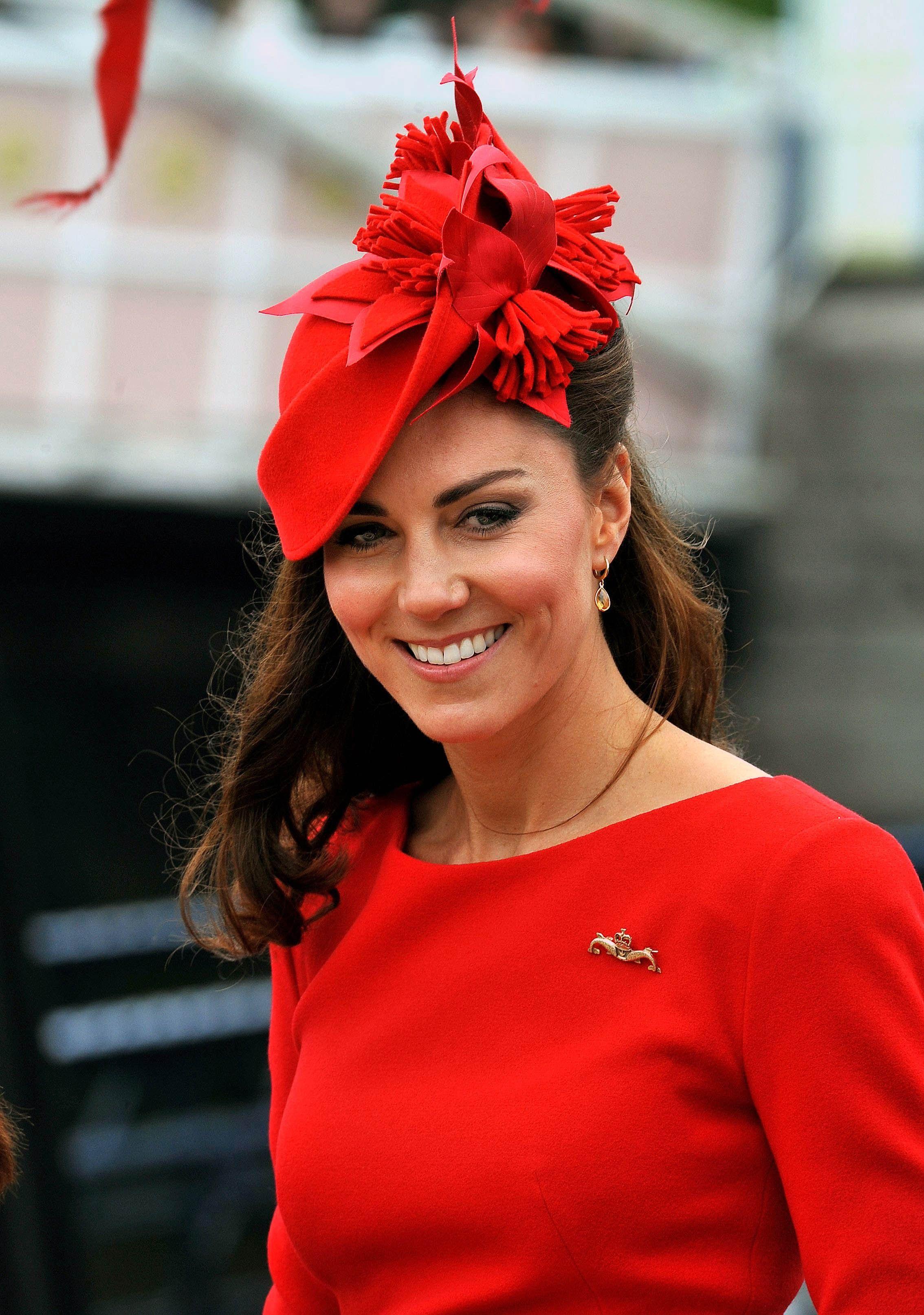 Kate Middleton y su espectacular tocado rojo 69e861169f1