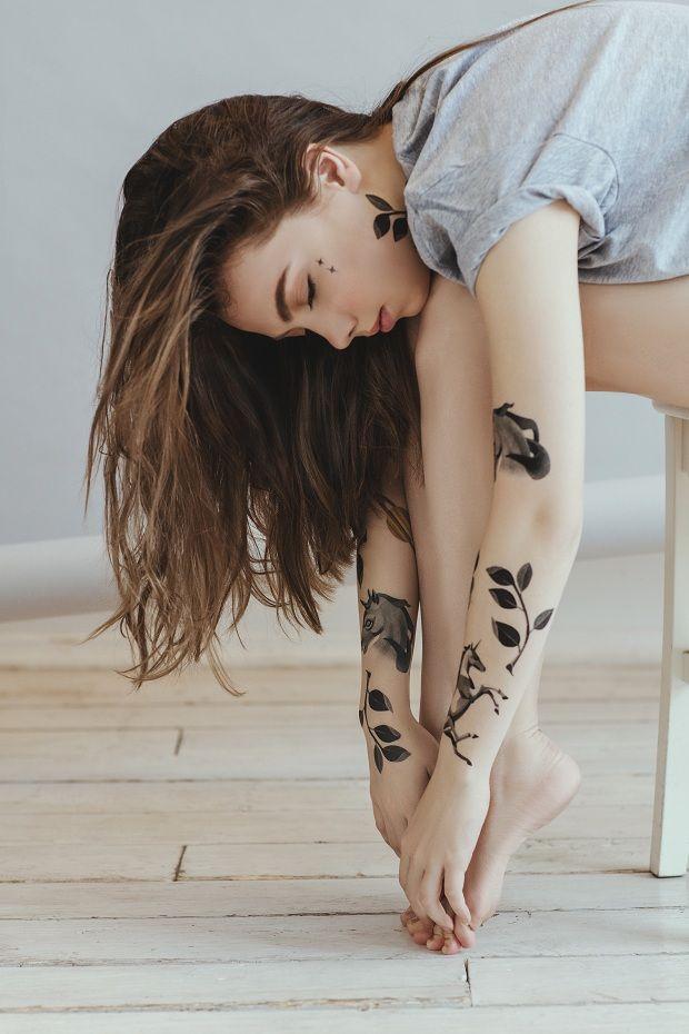 Flowers e Black & White: a linha de tattoos temporárias de Sasha Unisex para Estée Lauder - Follow the Colours