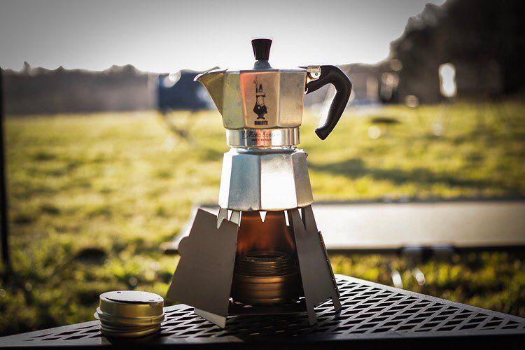 Camp Hackさんはinstagramを利用しています キャンプでも使えるビアレッティのパーコレーター これをトランギアのアルコールバーナーで温めるスタイルはなんともクラシカル たまにはちょっと不便なギアで料理やコーヒーを作るのもあ Coffee Coffee Maker Stove
