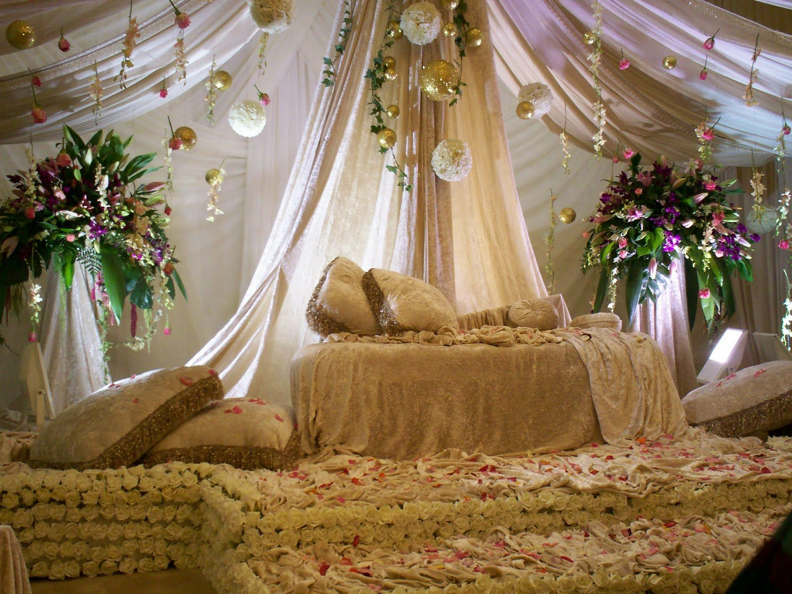 Bedroom decorating ideas for wedding night - Arabian Wedding Decoration I Can Just Envision Myself And Future Husband Being Fed With Grapes By The Best Man And Maid Of Honor