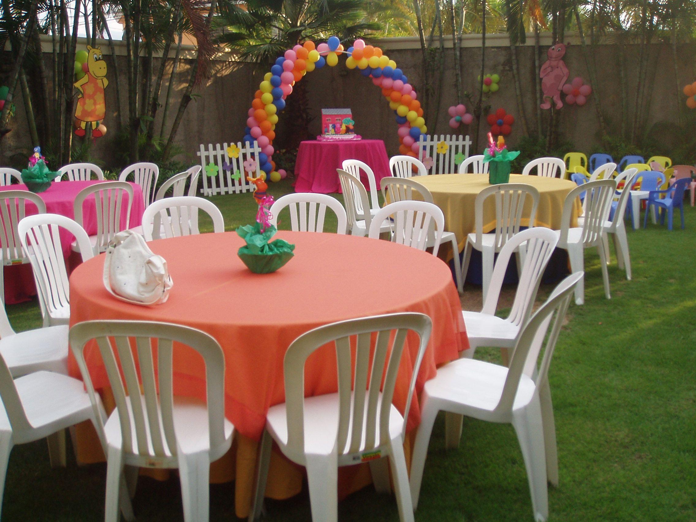 sillas plsticas mesas con manteles de colores variados y linda decoracin en vejigas
