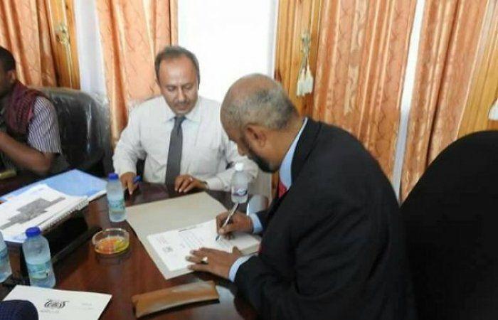اخر اخبار اليمن - محافظ المهرة يوقع إتفاقية إعادة تأهيل شوارع مديرية الغيضة بتكلفة (915) مليون ريال
