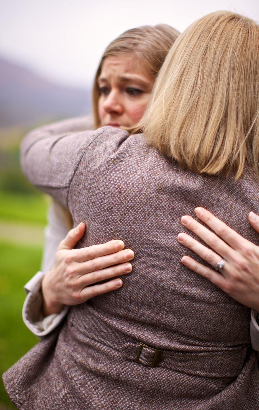 Una mujer consuela a una compañera cristiana que se ha divorciado