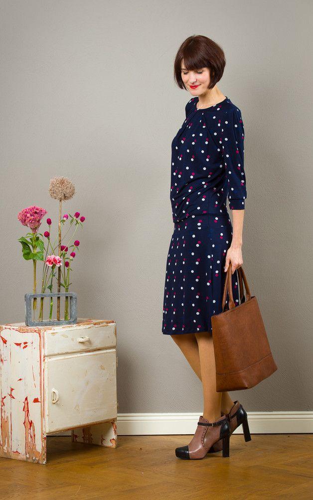 Dunkelblaues Kleid mit Punkten, elegantes Outfit / dark ...