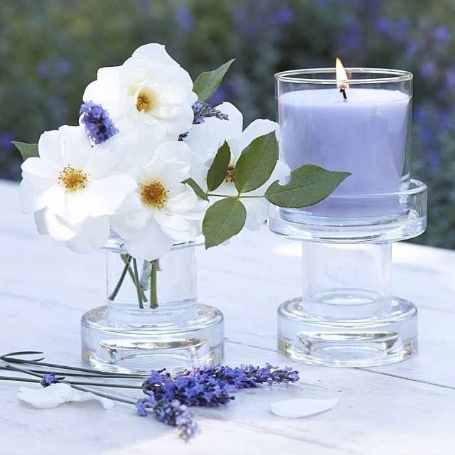 Luovuus monikäyttöiset kynttilänjalat ovat nimensä mukaiset ja niiden avulla saat vaihdettua kesäpöydän tunnelmaa helposti. Muutama kukkanen pihalta tai lenkkipolun varresta, kynttiläpurkki kaveriksi ja nautitaan tuoksusta.
