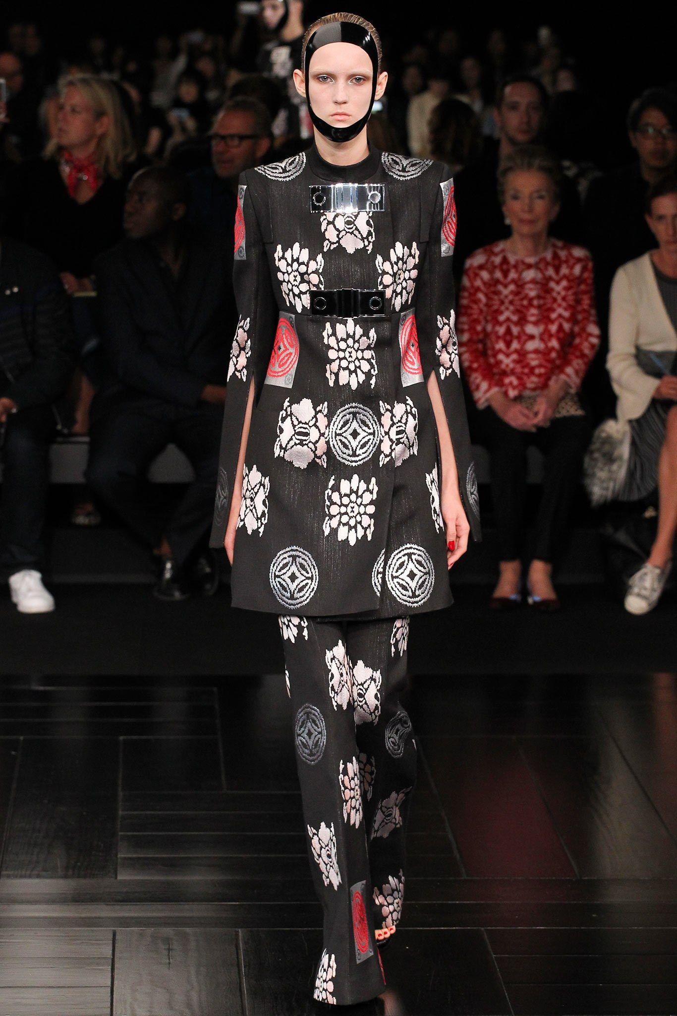 8b6fdf97bbacf Alexander McQueen Spring 2015 Ready-to-Wear Fashion Show   McQueen's ...
