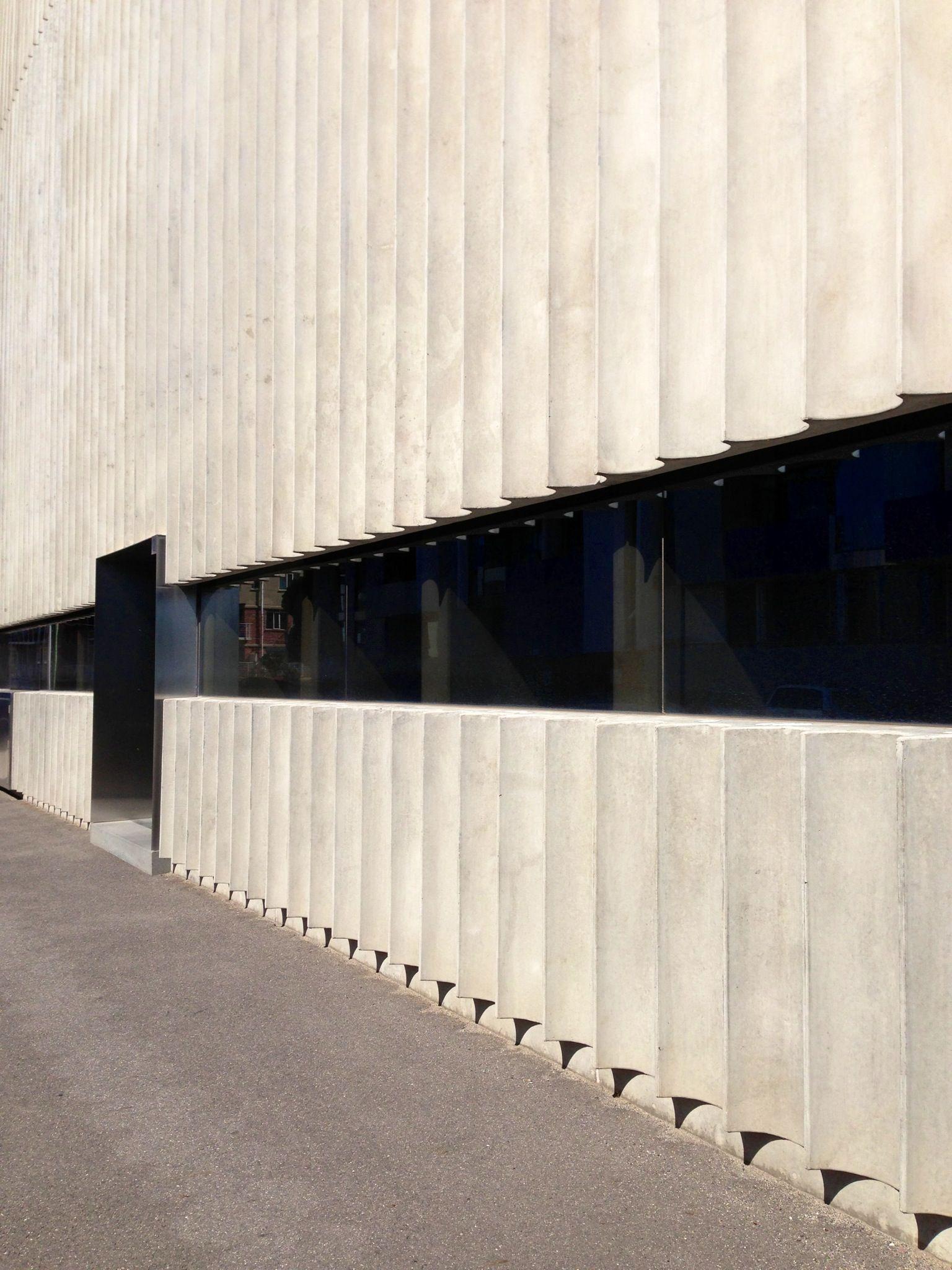 Pourquoi Ne Pas Utiliser Des Cannelures Similaires A Celles Ci Comme Moyen De Reduire L Apport En Materiau Concrete Facade Facade Cladding Facade Architecture