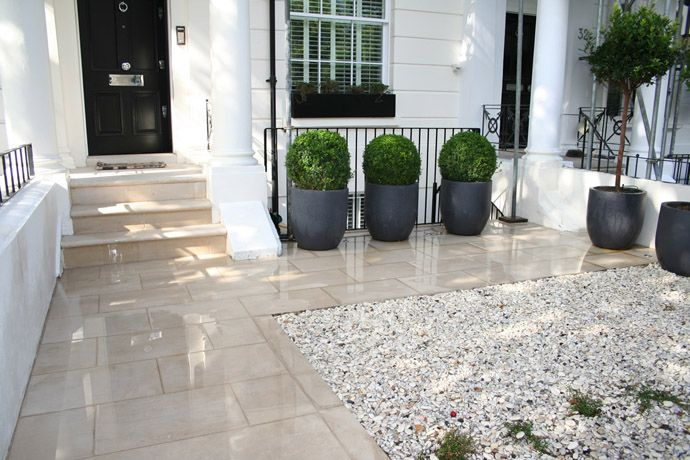 3 simple flower pots on a front patio adam christopher for Amenagement floral exterieur