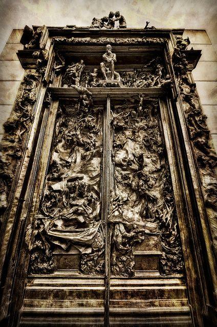 """Puertas del Infierno, representación de """"Infierno"""" de Dante a Cantor Arts Center, Universidad de Stanford."""