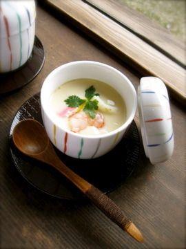 鶏肉や海老、かまぼこ、しいたけ、百合根など具だくさんの茶碗蒸し。ひと口大のお餅が入っているのも嬉しいポイント♪ http://www.recipe-blog.jp/profile/19855/blog/10931690