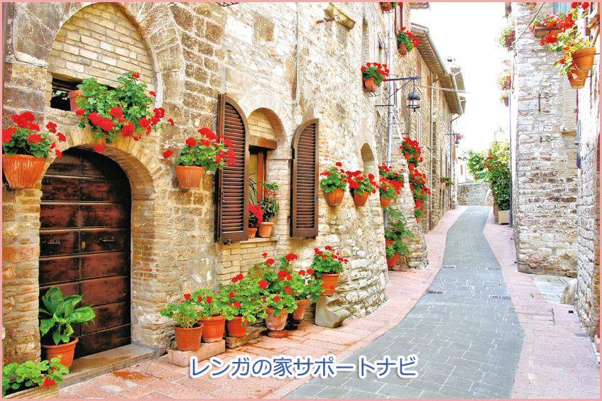 レンガの家のお花や歩道 イタリア トスカーナ地方に建てられている