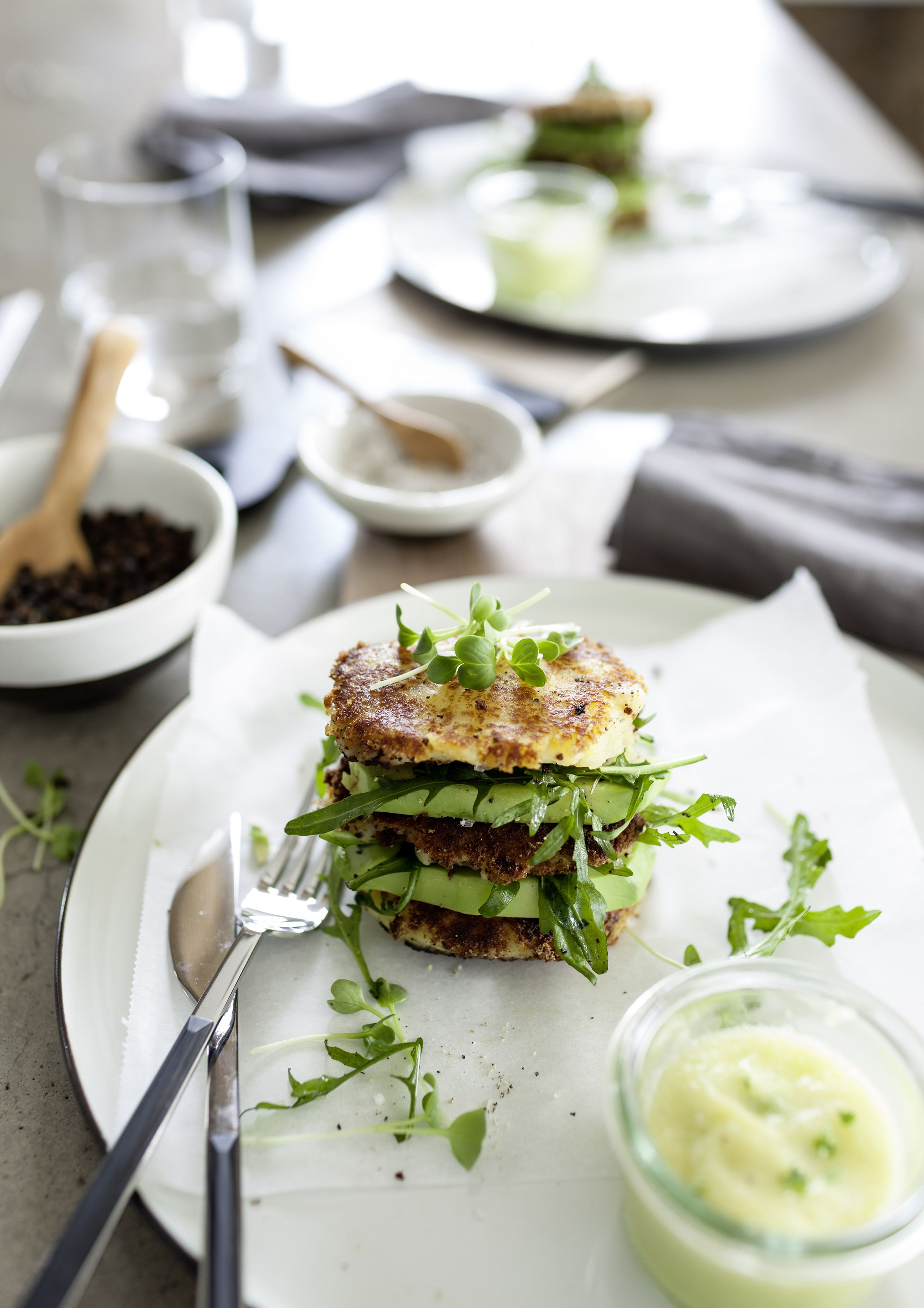 zubereitet in der hochwertigen hightech kche schmecken kartoffelburger mit rucula und ananasdip gleich doppelt so - Schmcken Kleine Wohnkche