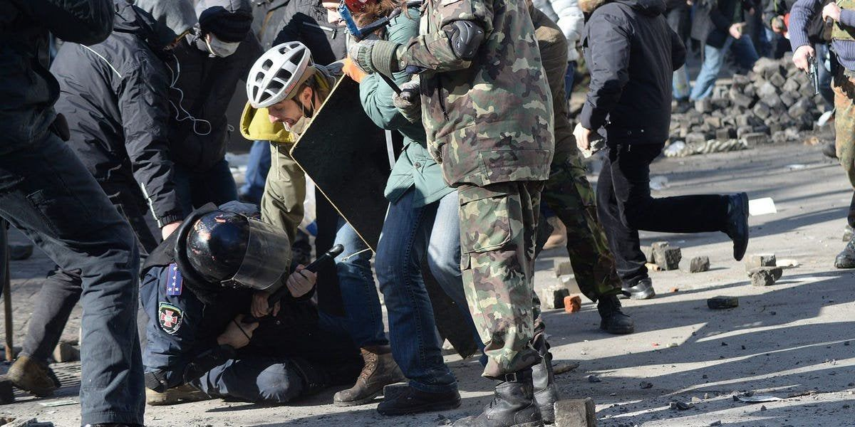 A New Trump Campaign Ad Depicting A Police Officer Being Attacked By Protesters Is Actually A 2014 Photo Of Pro Democracy Protests In 2020 Trump Police Officer Ukraine