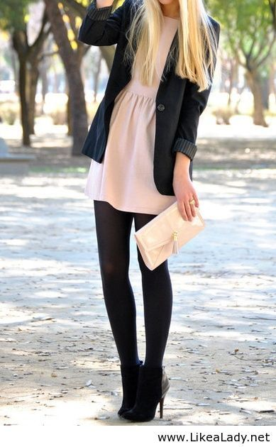 Braunes kleid mit schwarzer strumpfhose