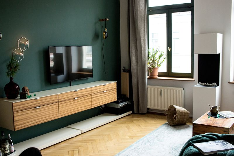 Elegante Wandfarbe von KOLORAT Duneklgrüner Akzent im Wohnzimmer