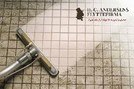 Rengøringstip fra H.C.Andersens Flyttefirma: Uundværligt rengørings-tip hvis du ikke kan lide at bruge kemikalier, der er dårlige for miljøet. Du skal bruge; 1. 7 kopper vand 2. 1/2 kop bagepulver 3. 1/3 citronsaft 4. 1/4 kop eddike. Bland alle ingredienser i en spray flaske, spray direkte på gulvet og lad sidde i ca. 5 minutter.. Så er det tid til at skrubbe!