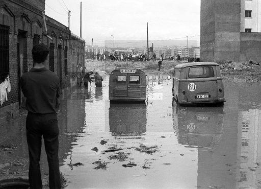ESPAÑA INUNDACIONES: MADRID, 06/06/1967.- Miembros del cuerpo de bomberos intentan desalojar el agua en una de las zonas de la barriada de Usera, inundadas ayer por la intensa lluvia caida en la capital. EFE/Fiel/caa SPAIN FLOODS: MADRID,
