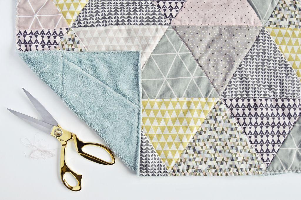 Triangle Baby Quilt - Näh-Anleitung Babydecke mit Dreieck-Muster ...
