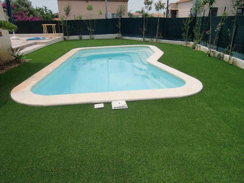 gazon artificiel autour d'une piscine